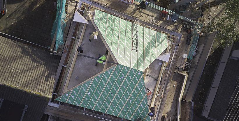 beeld vanuit drone van pasdak in Vught